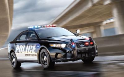 Se parece al suyo, pero el carro de la policía está modificado